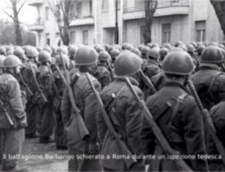 il battaglione barbarigo schierato a roma durane un'ispezione tedesca