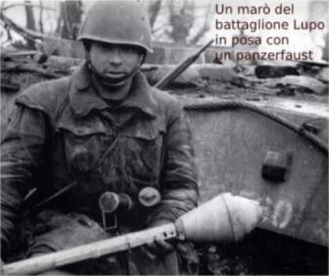 Un marò del battaglione Lupo in posa con un panzerfaust