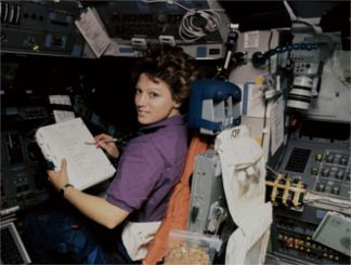 eileencollinsnasa Eileen Collins, 1995. La prima donna a pilotare lo Shuttle. Piazza Litta (Ossona) Prima Pagina   %Post Title, %Image Name, %Post Category