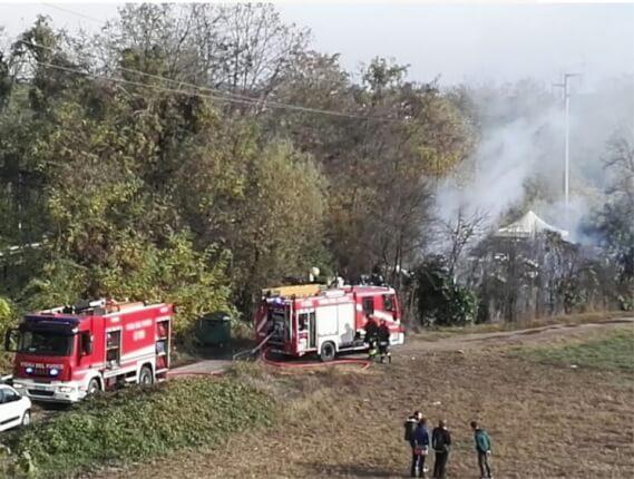 Fumo e piccole esplosioni: incendio al campo rom di Corbetta