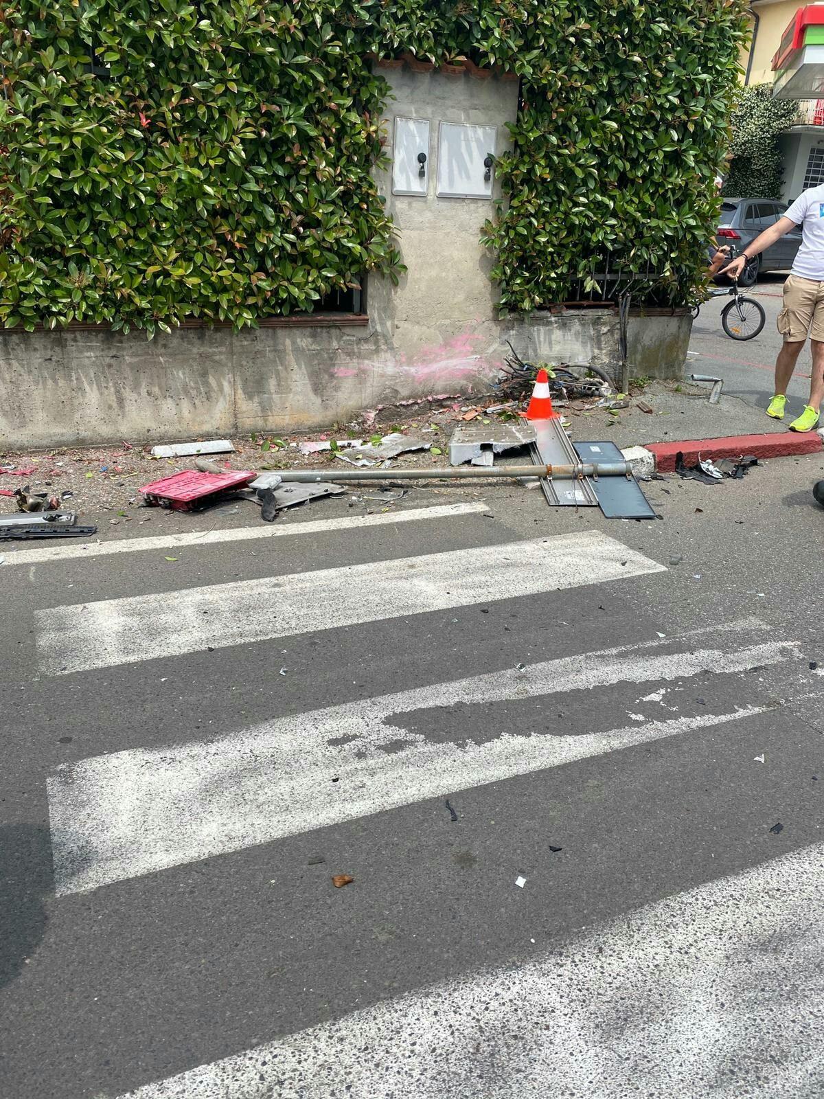 Cassetta stradale enel e pali abbattuti  a Rescaldina