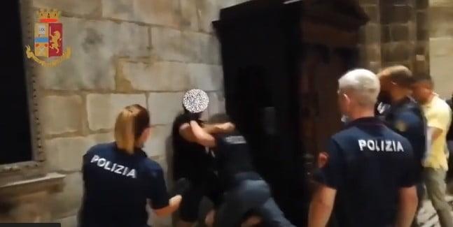 Aveva dato alla polizia delle generalità false l'egiziano che ha aggredito la gurdia in Duomo aveva dato alla polizia delle generalità false