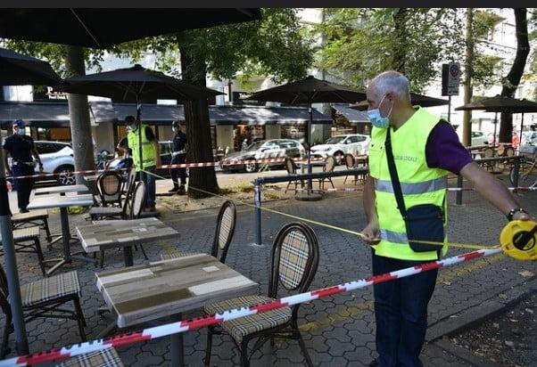 la polizia locale di Milano procede con il rilievo degli spazi dehors