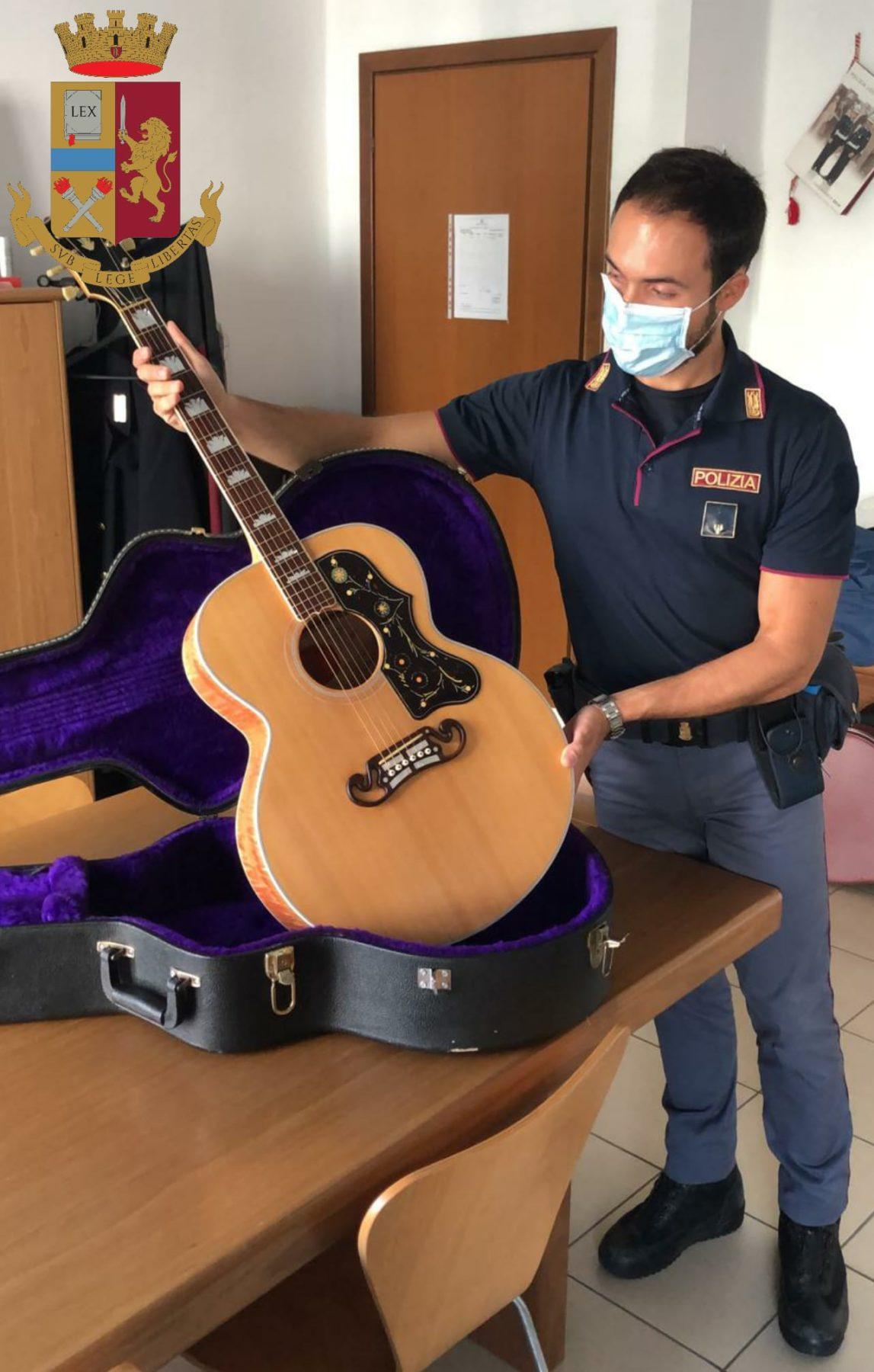 elvis presley Milano - Ruba la chitarra di Elvis Presley che lo fa diventar pazzo e, già che c'è, altre 11 10/09/2020