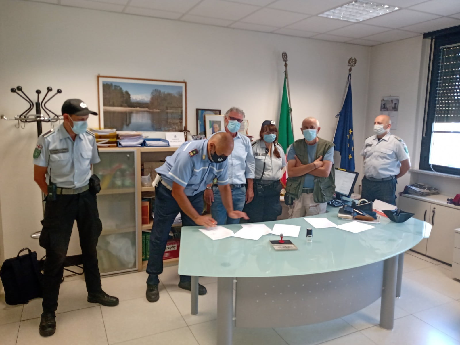 Firma della convenzione fra la Guardia Nazionale e l'amministrazione comunale di Vanzaghello per l'uso dei locali della stazione Trenord di Vanzaghello e i servizi di polizia locale
