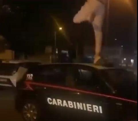 Youtuber salta su auto dei carabinieri