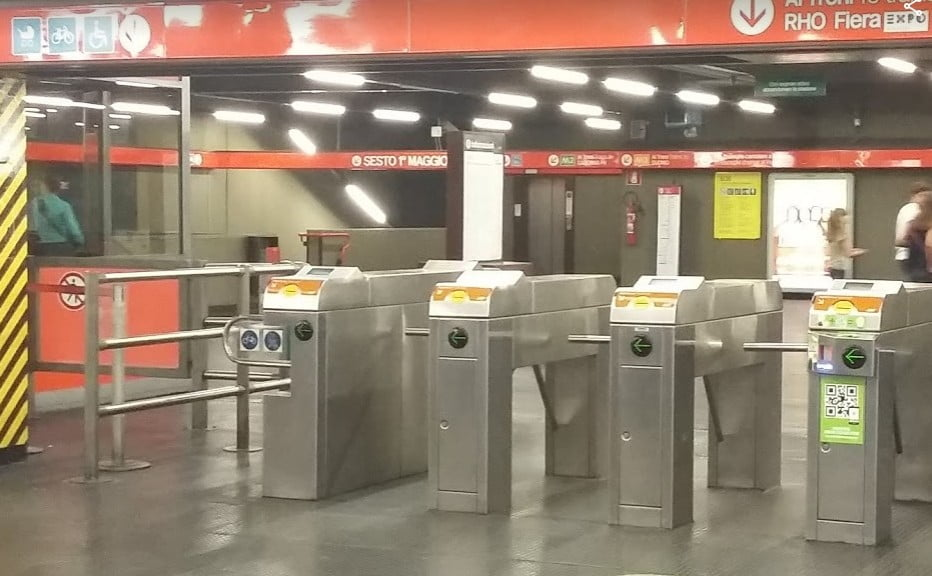 stazione della metropolitana di Milano. Il borseggiatore non la raggiunge.