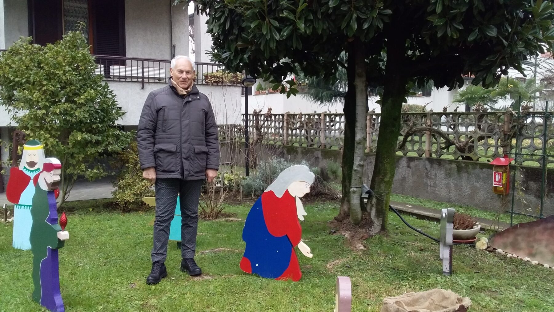 Magenta - Statue artigianali in giardino. Il presepe di Franco Casile. Magenta 11/12/2020