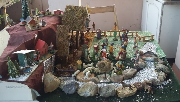 Nella lite in condominio ci rimettono anche il presepe e l'albero di Natale