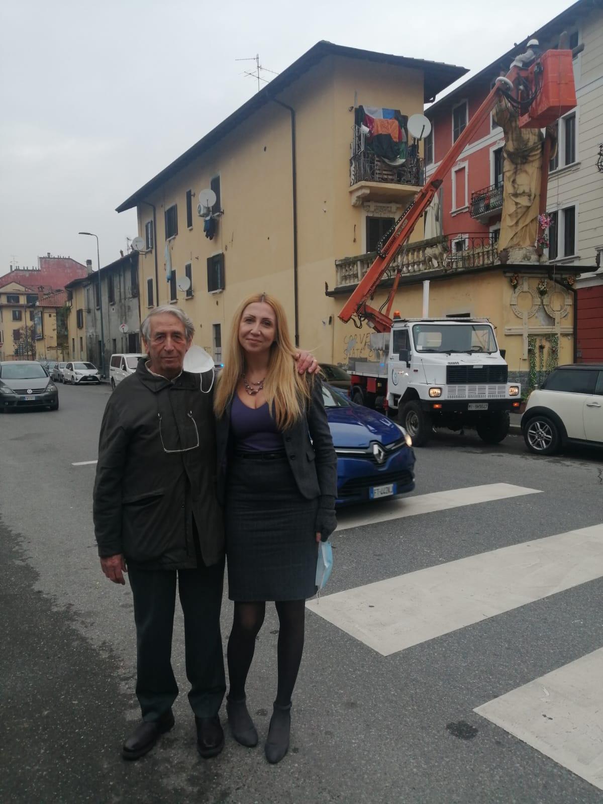 el cristun de cement, Roberto Saini, finanziatore, e Chiara Perazzi, promotrice dell'opera