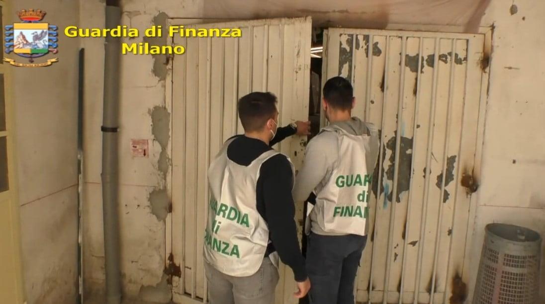 Capannone pieno di mascherine, termometri e, saturimetri in stazione centrale a Milano