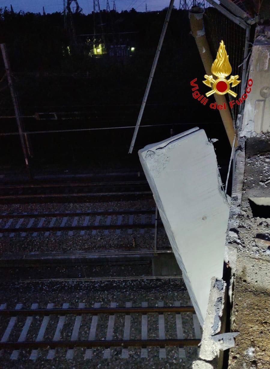 incidente Milano provincia - Incidente stradale. Cede la sponda protettiva del ponte. Auto cade sui binari 13/05/2021